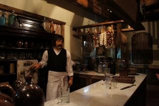Barman w XIX-wiecznej piwiarni