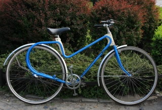 Rower z dziwną ramą