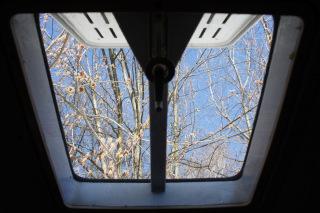 Wiosna przez okno w dachu